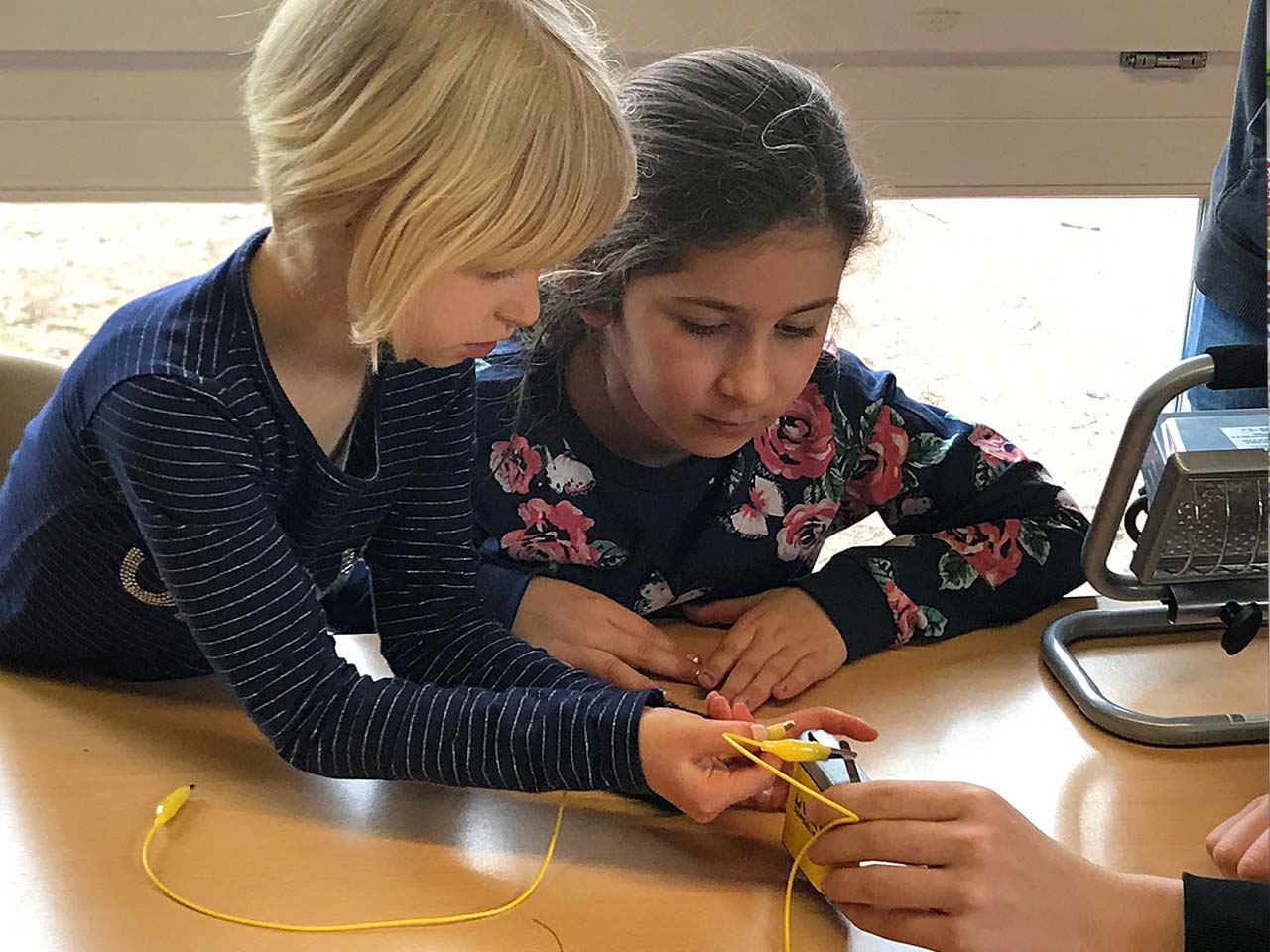 Schülerinnen beim Experimentieren, Pfrimmtal Schule