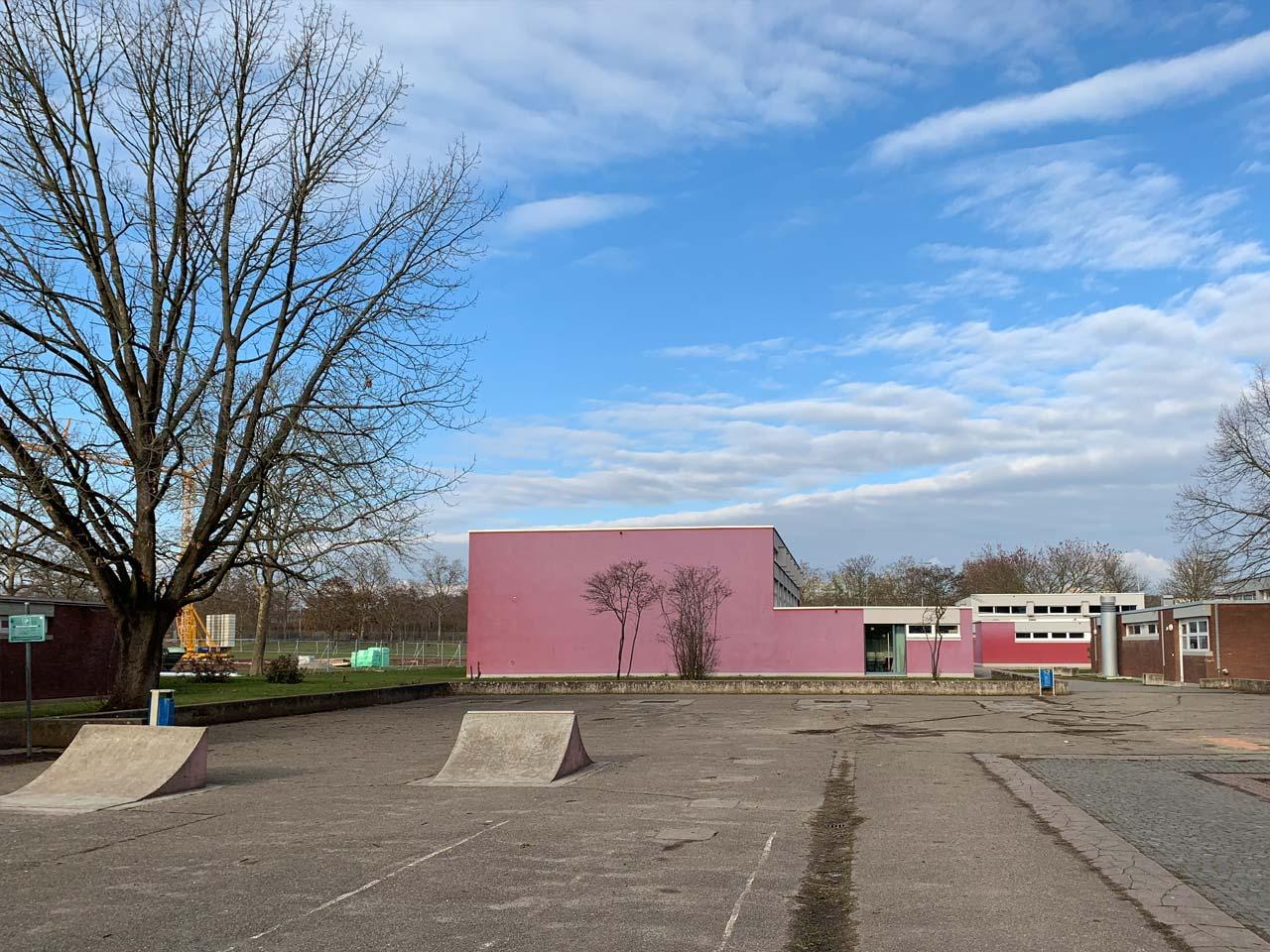 Der weitläufige Schulhof der Pfrimmtal Schule