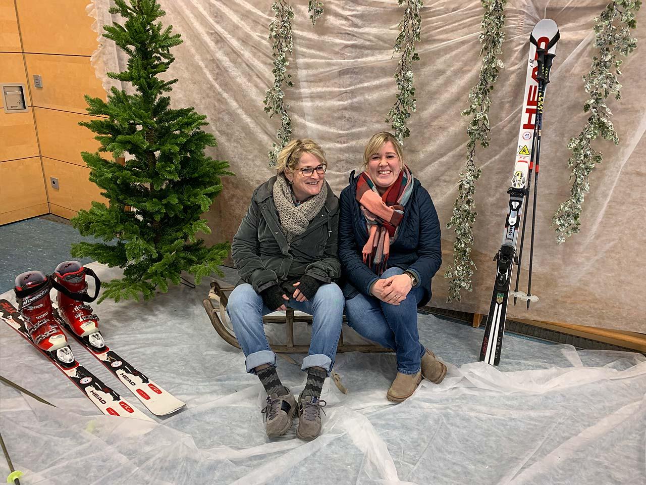 Sportliches Fotoshooting mit Schlitten und Skiern